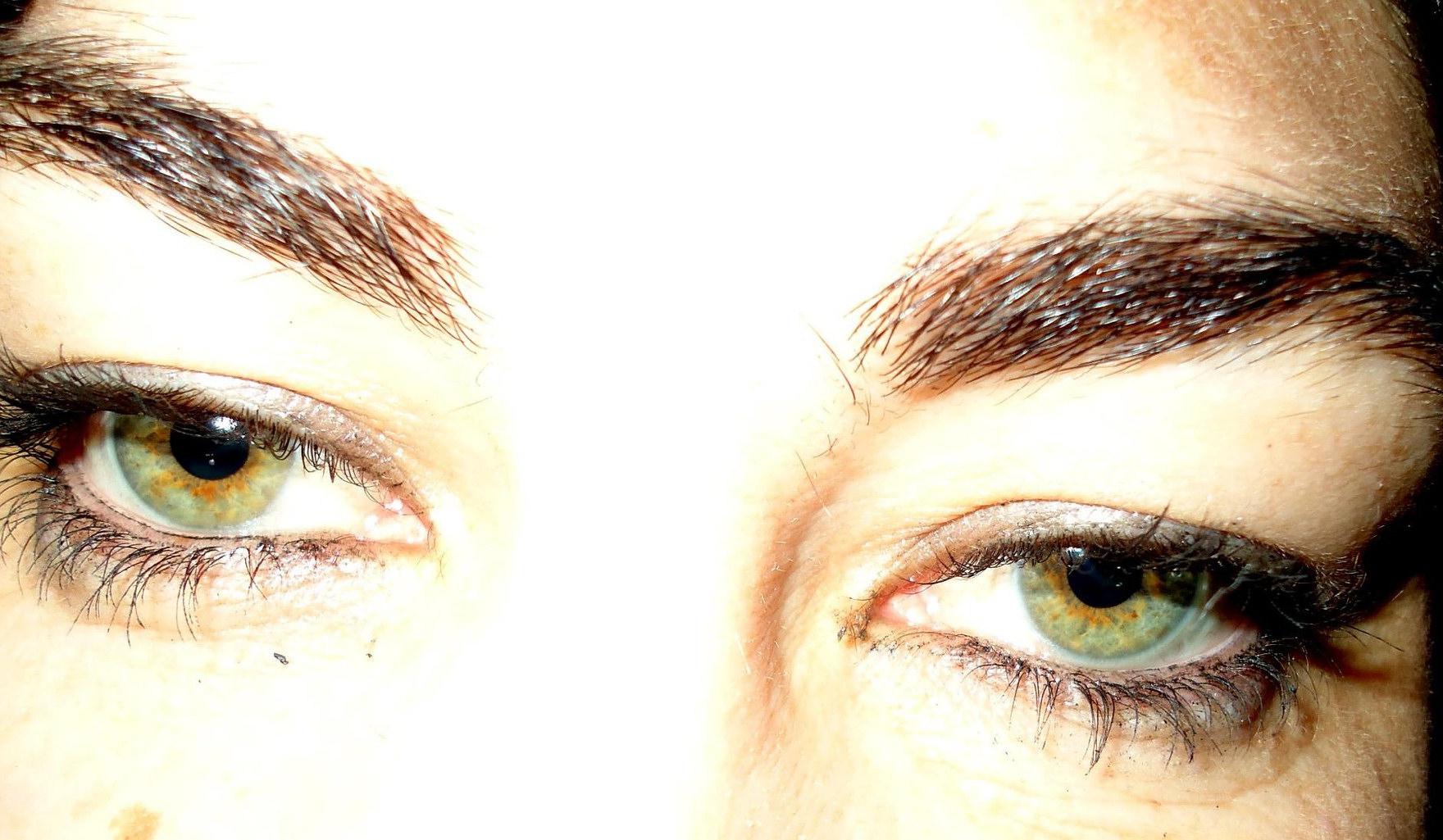 Extrem dichte Augenbrauen mit Augenbrauenserum